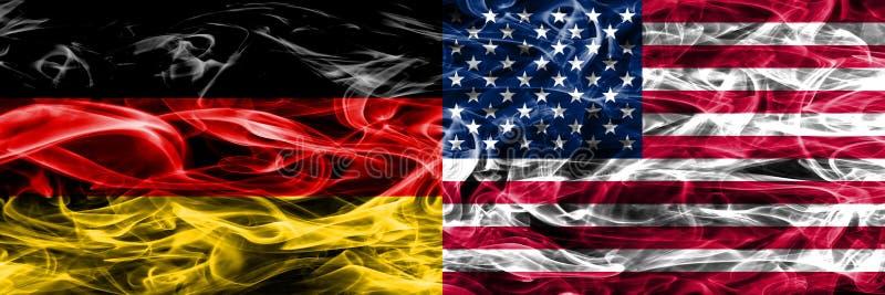 Alemanha contra as bandeiras do fumo dos E.U. colocadas de lado a lado Alemão e fla dos E.U. foto de stock
