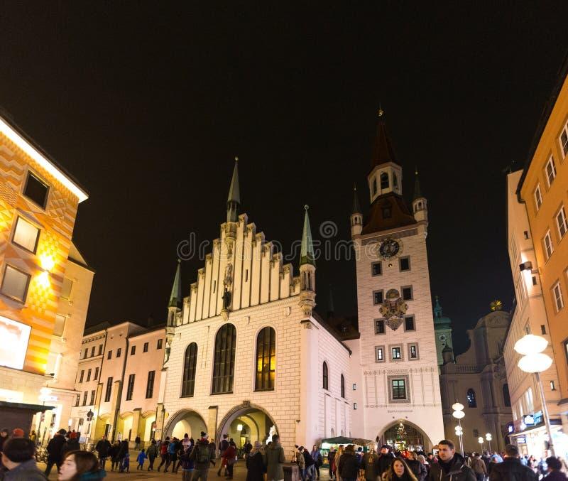 Alemanha, Munich 27 de dezembro de 2017: Vista da torre e da igreja da cidade em Marienplatz na noite Munich fotos de stock royalty free