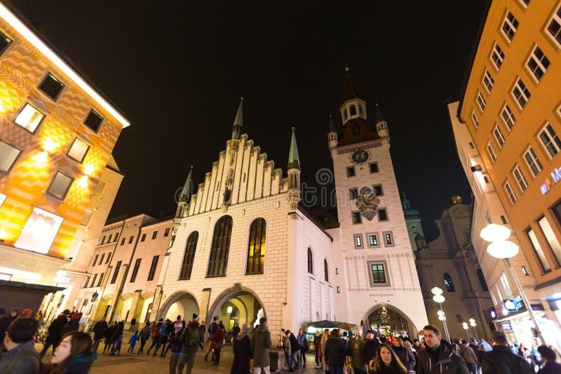 Alemanha, Munich 27 de dezembro de 2017: Vista da torre e da igreja da cidade em Marienplatz na noite Munich imagens de stock