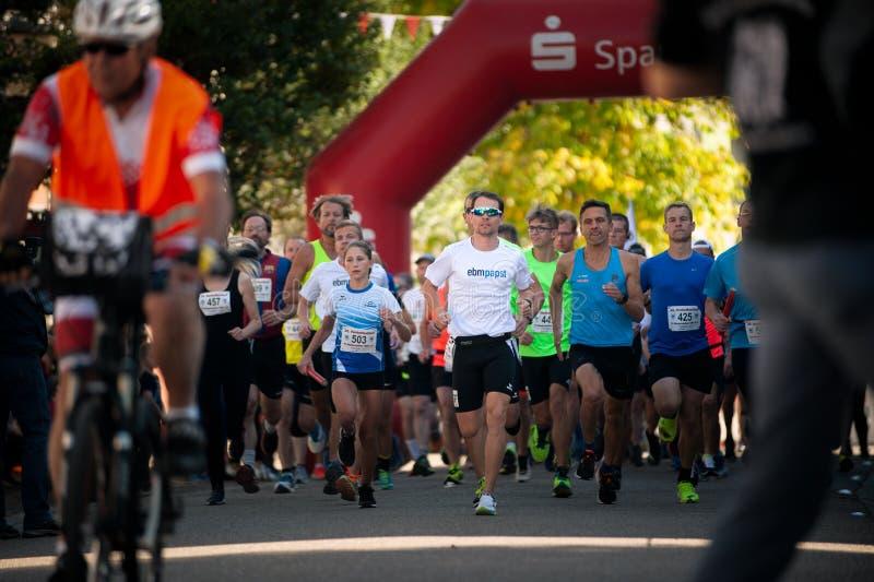Alemanha, Niederstetten, Baden-Württemberg Setembro de 2019 Início da corrida de 10 km, parte do festival de colheita, em alemão: fotografia de stock