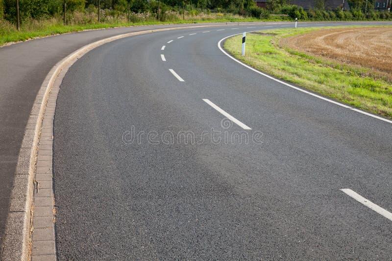 Alemanha, Reno-Westphalia norte, estrada, asfalto, curva fotografia de stock royalty free