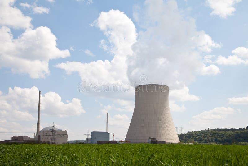 Alemanha, Unterahrain, ideia da sagacidade de Isar do central nuclear imagem de stock royalty free