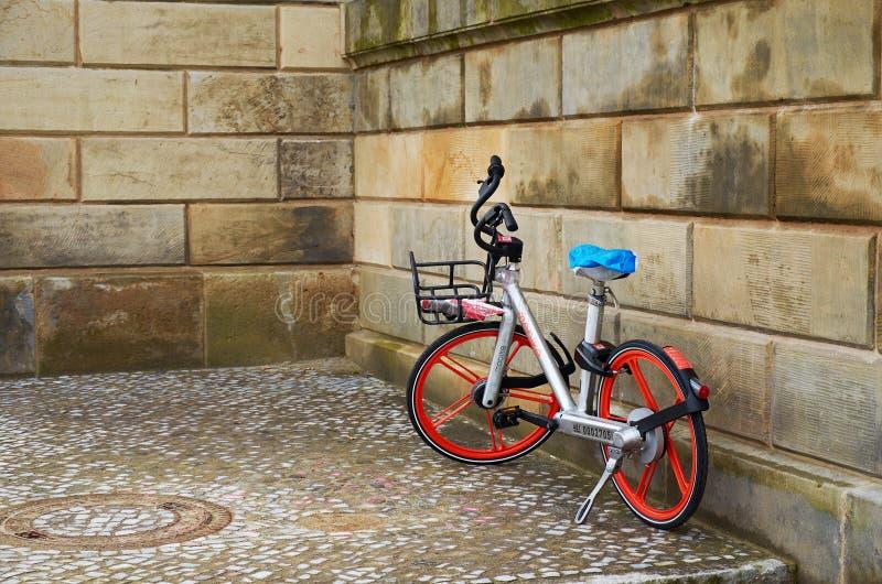 alemania Bici de la ciudad en la calle Bismarckstrasse en Berlín 16 de febrero de 2018 imágenes de archivo libres de regalías