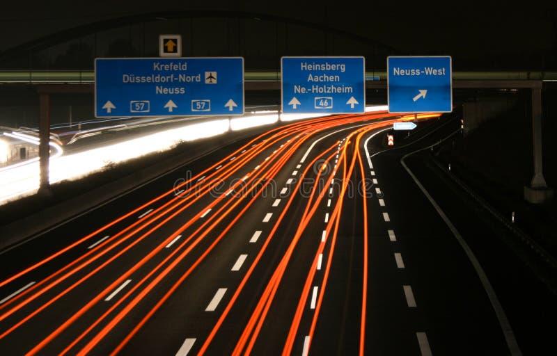Alemania - carretera A57 - Neuss-oeste del empalme de la autopista en la noche fotografía de archivo