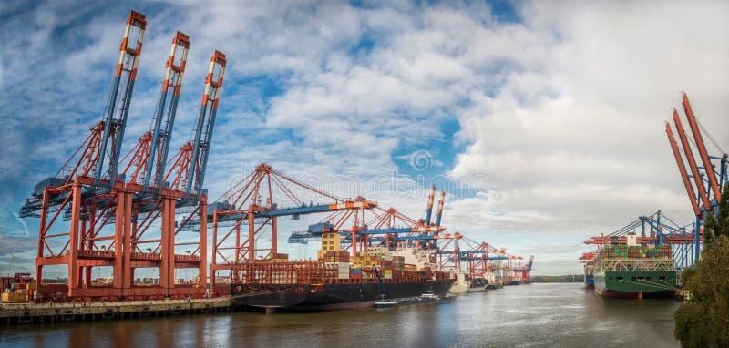 Alemania Hamburgo Burchardkai con el cielo nublado azul en fondo imagen de archivo libre de regalías