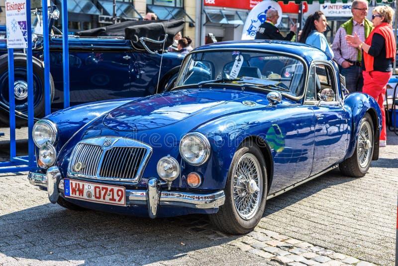 ALEMANIA, LIMBURGO - ABRIL DE 2017: COCHE de DEPORTES azul de MG MGA 1955 en Limburgo un der Lahn, Hesse, Alemania foto de archivo