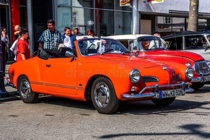 ALEMANIA, LIMBURGO - ABRIL DE 2017: VW roja VOLKSWAGEN KARMANN GHIA MECANOGRAFÍA a 14 CABRIO CONVERTIBLES 1955 en Limburgo un der fotografía de archivo libre de regalías