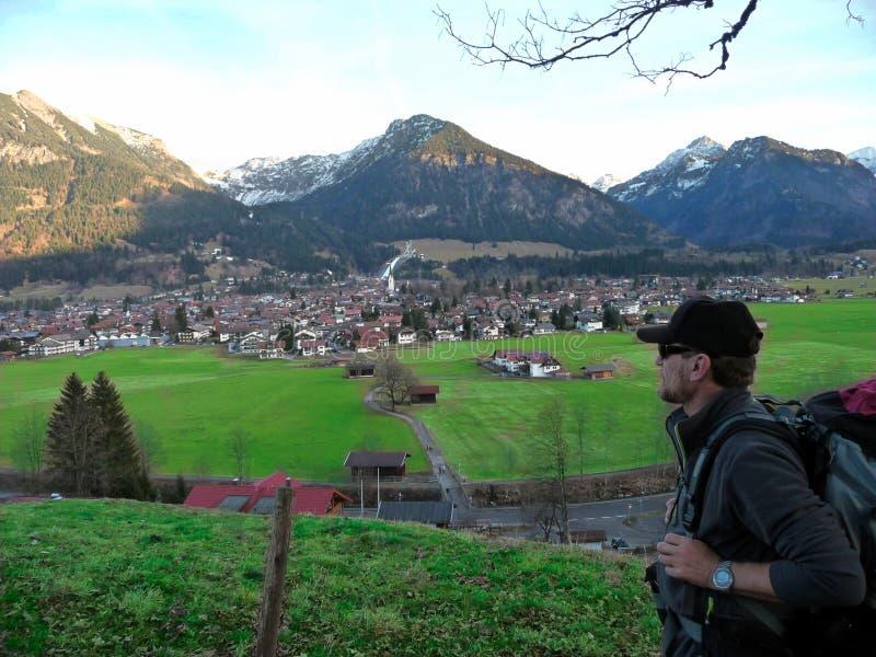 alemania Montañas Allgäu Oberstdorf Un caminante viene con una mochila imagen de archivo