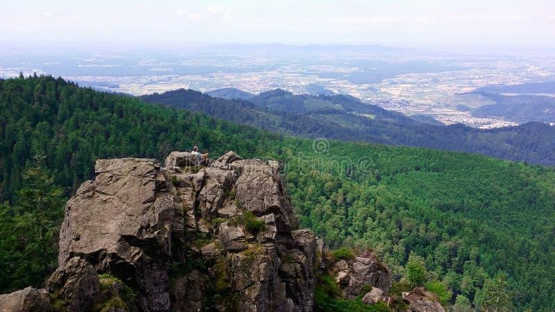 alemania Región Friburgo del bosque negro Visión desde la montaña Kandel en una roca fotos de archivo