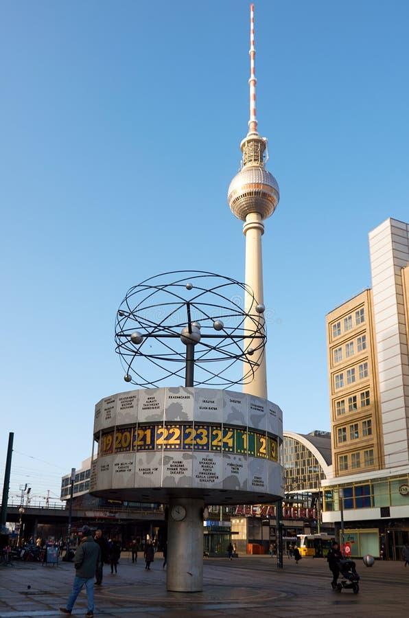alemania Reloj mundial de Berlín en el cuadrado de Alexanderplatz 16 de febrero de 2018 foto de archivo