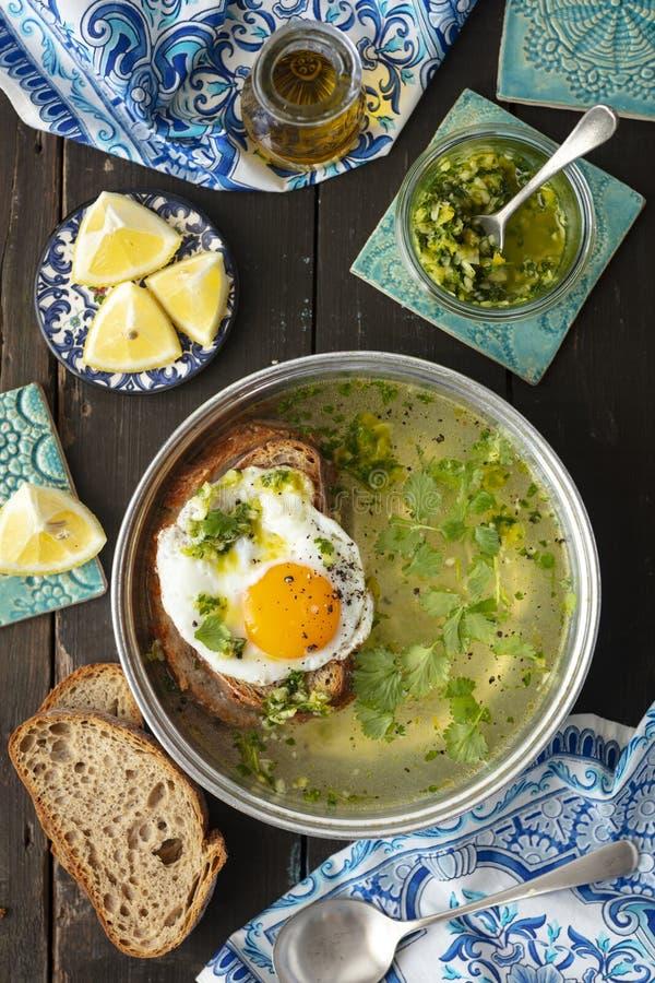 Alentajana de Sopa - soupe à ail du Portugal avec du pain et l'oeuf grillés photo libre de droits