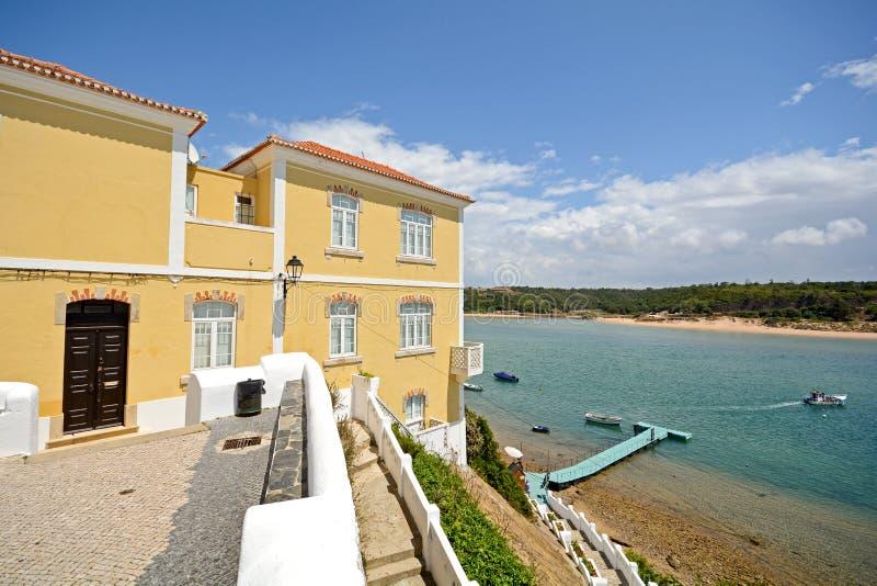 Alentejo: Oude stad en kustlijn van Vila Nova de Milfontes, Portugal stock foto