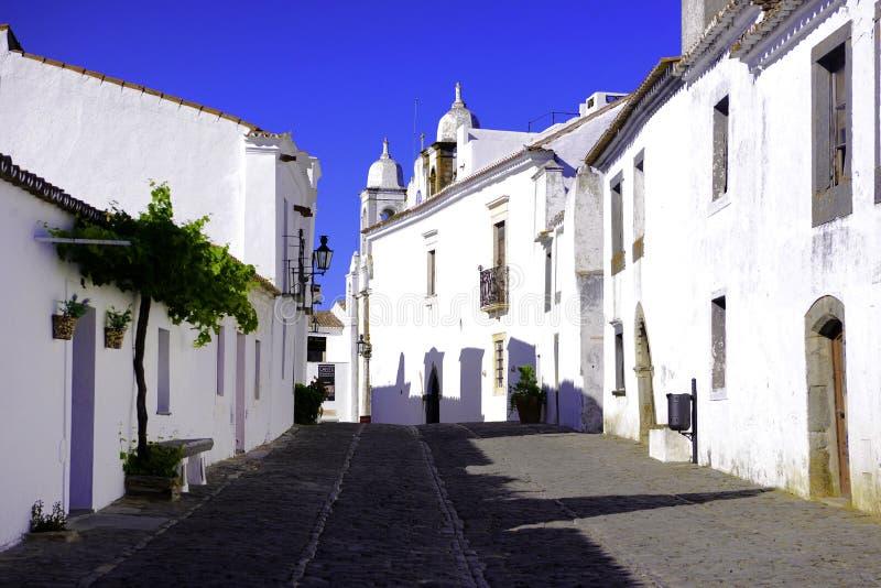 Alentejo typisk pittoresk gata, ljusa vita byggnader, loppsöder av Portugal arkivbilder