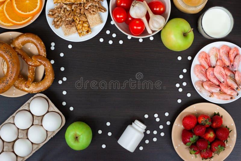 Alergia alimentaria Alergénicos y píldoras del antihistamin con el espacio de la copia imagenes de archivo