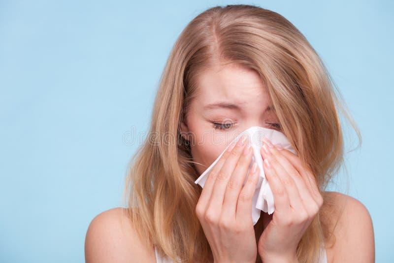 Alergia da gripe Menina doente que espirra no tecido saúde imagem de stock royalty free