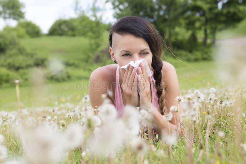 Alergia sufridora del polen de la primavera de la mujer joven imagenes de archivo