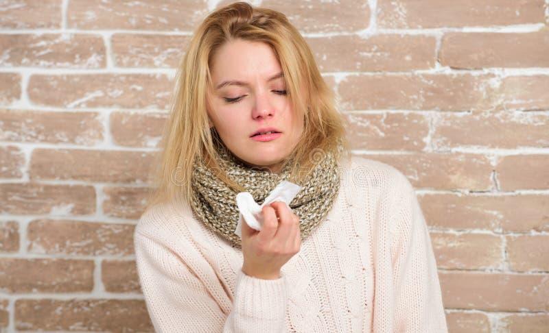Alergia terrible La mujer linda cogió frío nasal o rinitis alérgica Mujer enferma que sopla su nariz en servilleta Muchacha bonit imagen de archivo