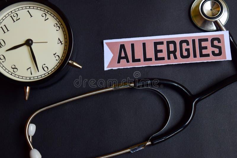 Alergias no papel com inspiração do conceito dos cuidados médicos despertador, estetoscópio preto foto de stock royalty free
