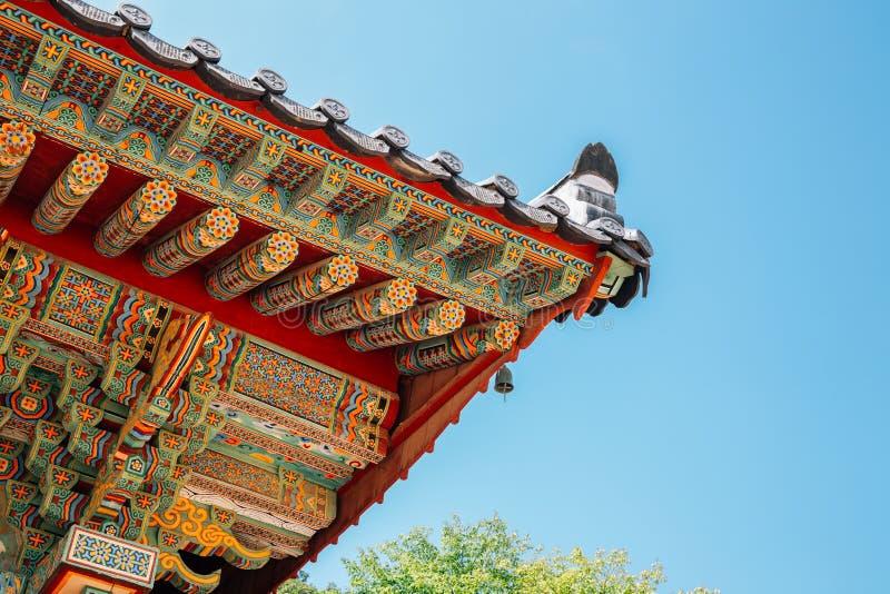 Aleros de madera tradicionales coreanos en el templo de Beomeosa en Busán, Corea fotografía de archivo libre de regalías