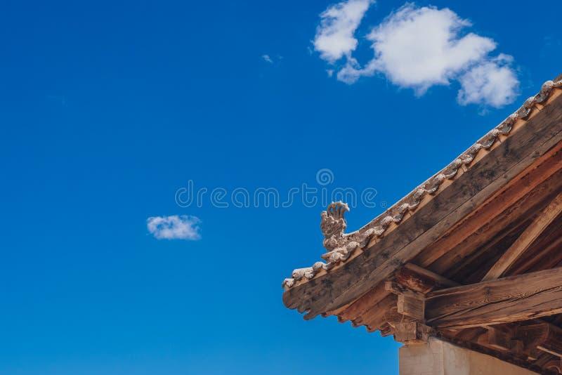 Aleros y detalles de la arquitectura de edificios en el paso de Jiayu, en Ji fotos de archivo