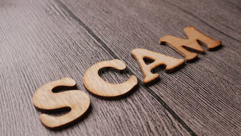 Alerta de Scam, conceito fraudulento das cita??es das palavras do Internet imagem de stock royalty free