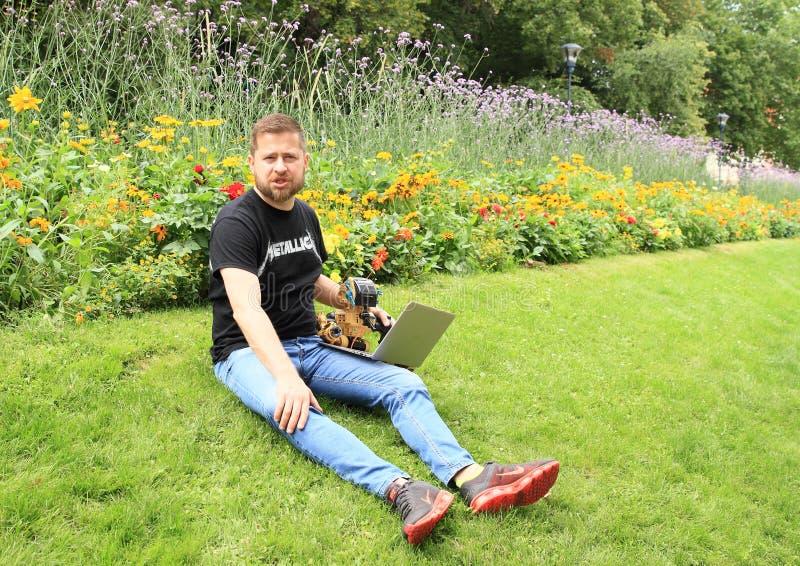 Ales Michl i trädgård arkivfoton