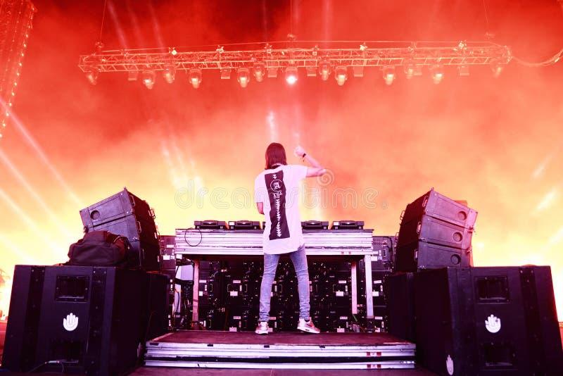 Alesso (DJ sueco y productor electrónico de la música de danza) se realiza en el festival de la BOLA fotos de archivo libres de regalías
