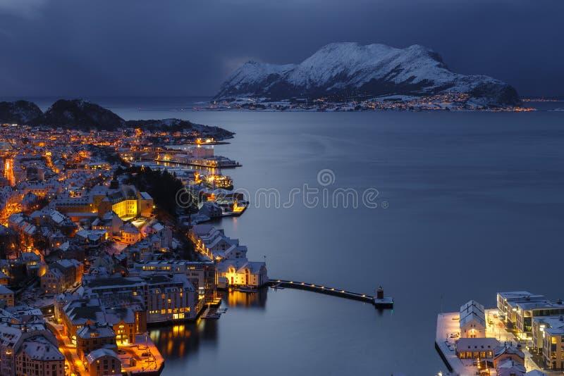 Alesund和Godoya海岛镇的全景在从Aksla小山的夜之前 库存图片