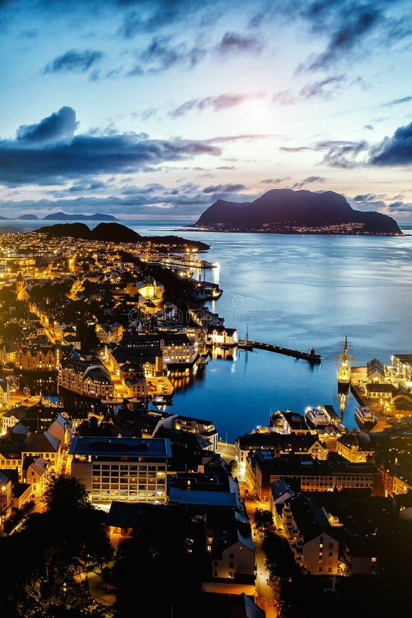 Alesund挪威的顶视图,夜照明设备,日落时间 免版税库存图片