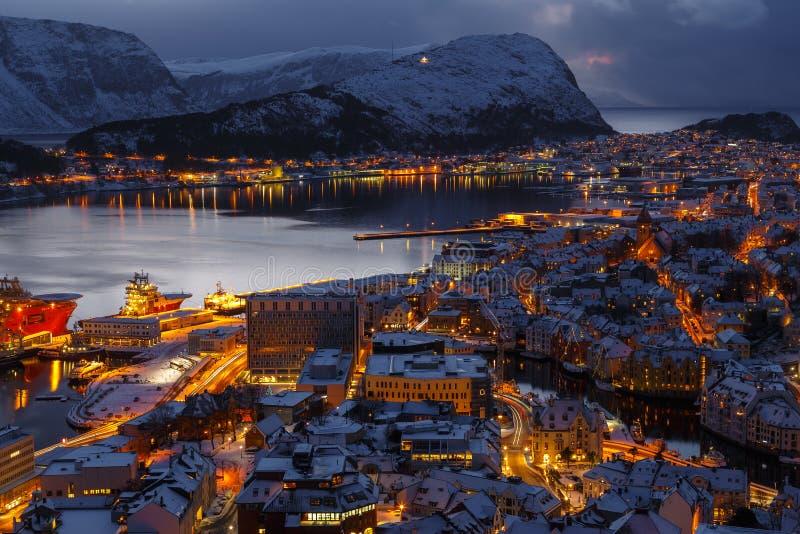 Alesund镇的全景日落的从Aksla小山 库存照片