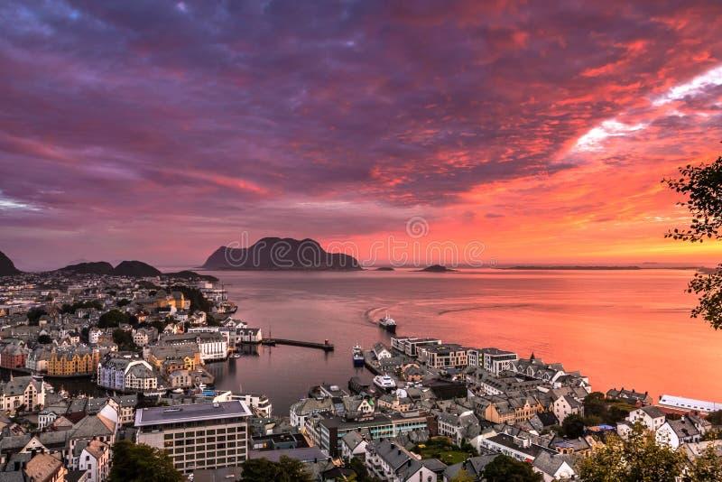 Alesund,挪威的西部海岸的最美丽的镇,是壮观的在日落 采取从登上Aksla观点 库存照片