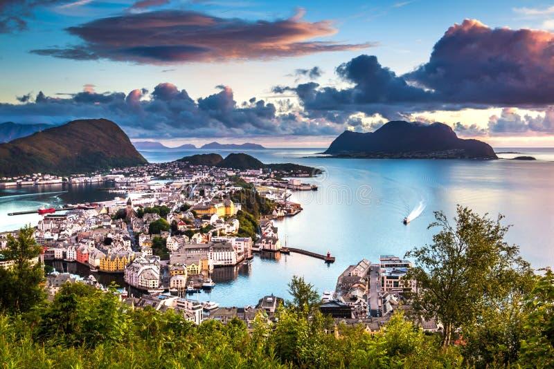Alesund,挪威的西部海岸的最美丽的镇,是梦想的在日落 采取从登上Aksla 库存图片
