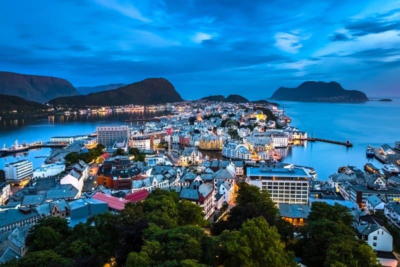 Alesund,挪威的西部海岸的最美丽的镇,是梦想的在蓝色小时在半夜12点以后在夏天 免版税库存图片