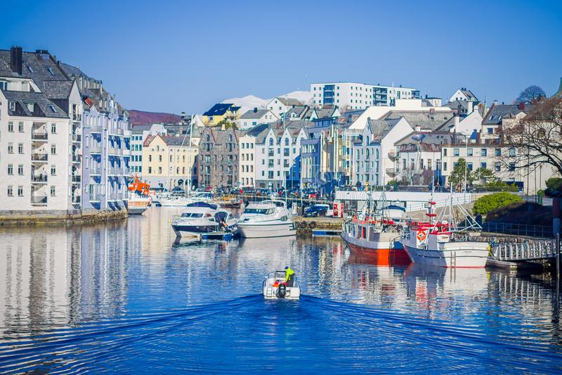 ALESUND,挪威- 2018年4月04日:Alesund挪威的西海岸的口岸镇巨大夏天视图,入口的 库存照片