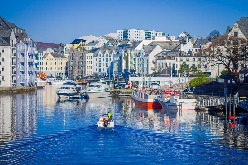 ALESUND,挪威- 2018年4月04日:Alesund挪威的西海岸的口岸镇巨大夏天视图,入口的 免版税库存照片
