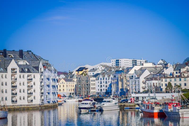 ALESUND,挪威- 2018年4月04日:Alesund挪威的西海岸的口岸镇巨大夏天视图,入口的 免版税库存图片