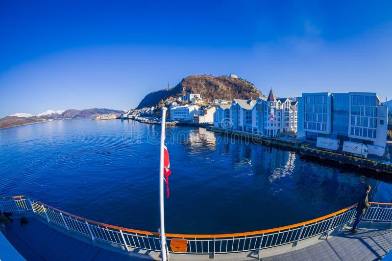 ALESUND, НОРВЕГИЯ - 6-ОЕ АПРЕЛЯ 2018: Над взглядом портового города Alesund на западном побережье Норвегии, на входе к стоковое фото rf