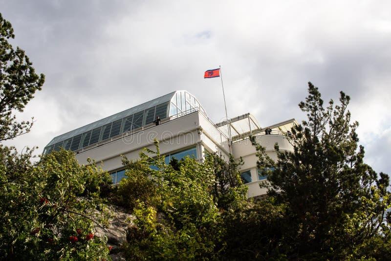 ALESUND NORGE - CIRCA 2016 - en bild av den Fjellstua utkikpunkten som ger turister och lokaler med panoramautsikter arkivbilder