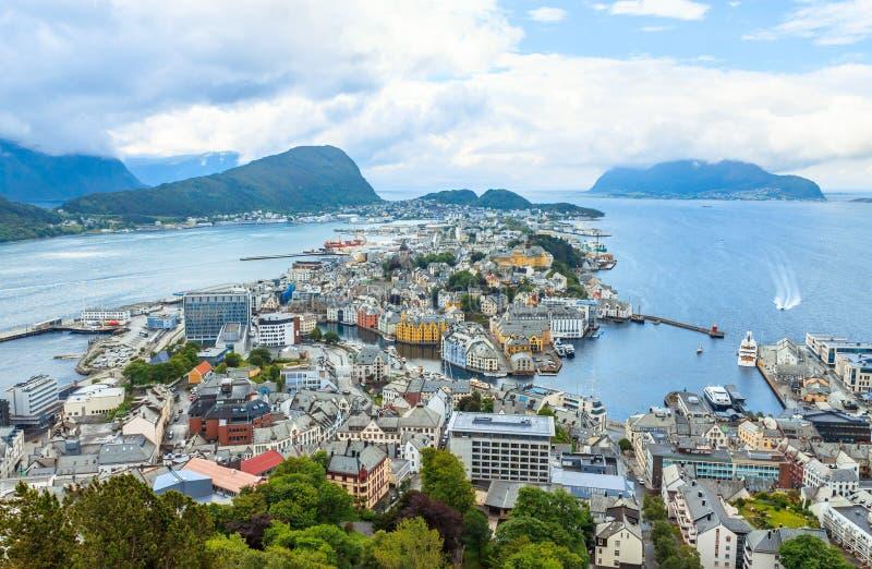 Alesund, Noruega - casas de ciudad en frente de mar fotografía de archivo libre de regalías