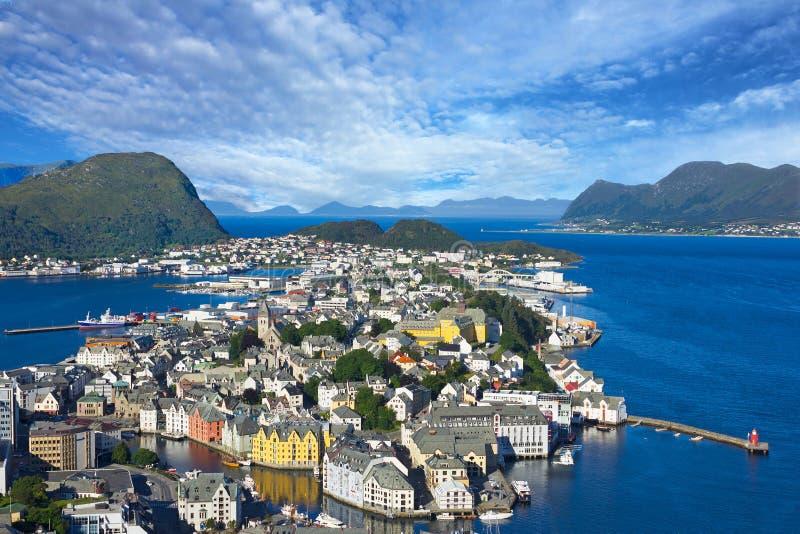 Alesund, Noruega - vista panorâmica no centro do porto Alesun do cruzeiro fotografia de stock royalty free