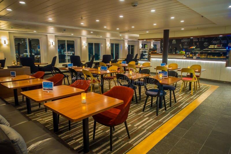 ALESUND, NORVEGIA - 4 APRILE 2018: Vista dell'interno delle tavole dinning con le sedie confortable con le candele dentro di immagini stock