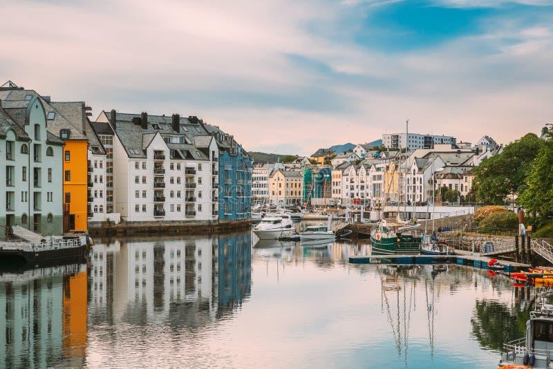 Alesund, Norwegen Alte Holzhäuser am bewölkten Sommertag Jugendstil-Architektur ist historisches Erbe und Wahrzeichen stockfotografie
