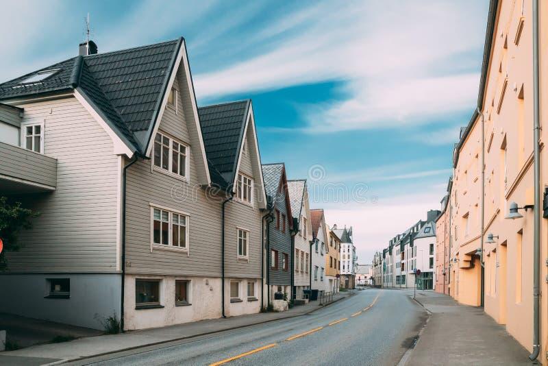 Alesund, Norwegen Alte Holzhäuser am bewölkten Sommertag lizenzfreies stockfoto