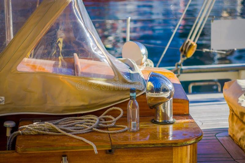 ALESUND, NORWEGEN - 4. APRIL 2018: Ansicht im Freien von Seilen mit einem Glas der Flasche im Boot im Hafen von Alesund in Norweg stockbilder