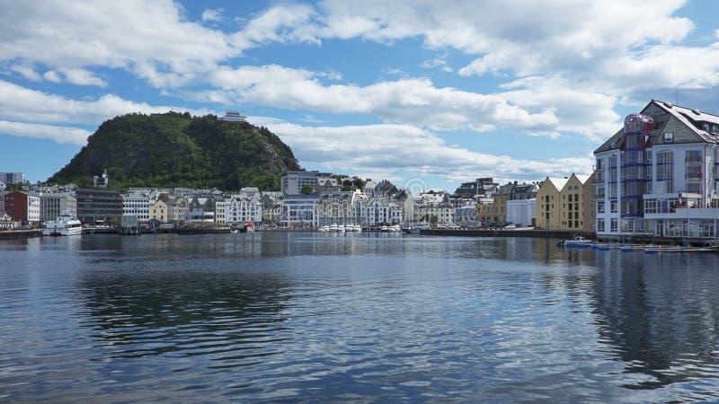 Alesund, Norwegen - Panoramablicke in Richtung zur Stadt mit seinen Art Nouveau-Baustilgebäuden und Aksla-Hügel lizenzfreies stockbild