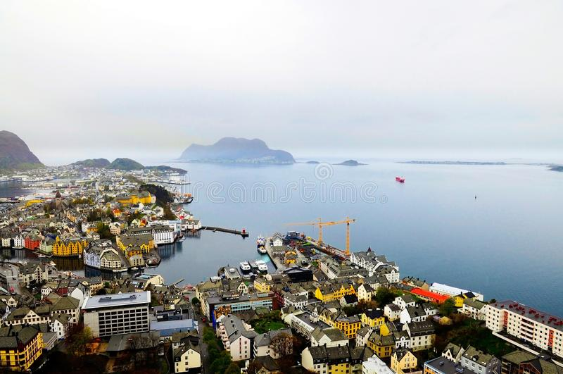 Alesund strandhorisont, regnig mörk dag, stads- arkitektur, lopp Norge royaltyfria bilder