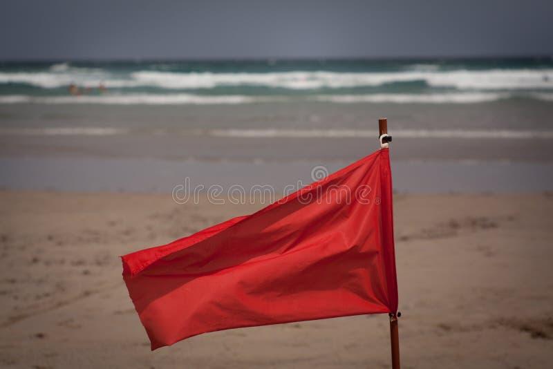 Aleta de bandeira vermelha na praia imagem de stock