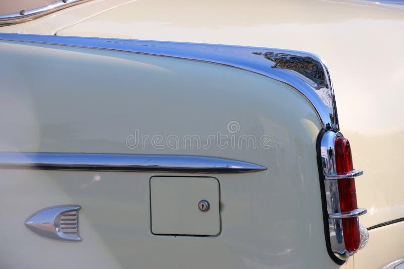 Aleta de cola en un coche color nata clásico de Packard imagenes de archivo