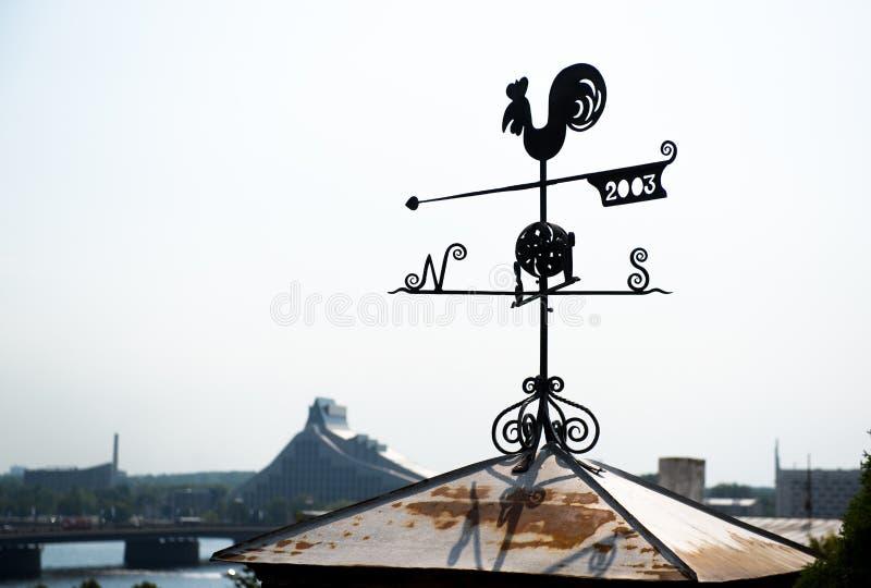 Aleta de tempo do galo em Riga foto de stock