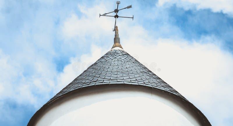 Aleta de tempo na parte superior do telhado de um moinho de vento na ilha de Noirmoutier imagens de stock